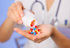 Pillen, Tabletten und Drogen, die aus Flasche gießen Stockfotos