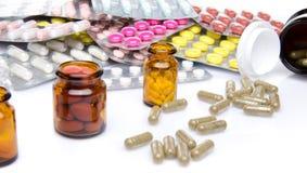 Pillen, Tabletten und Kapseln in den Blisterpackungen und in den Flaschen Lizenzfreie Stockfotografie