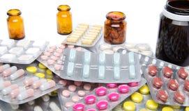 Pillen, Tabletten und Kapseln in den Blisterpackungen und in den Flaschen Stockfotos