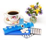 Pillen, Teacup, Blumen lizenzfreie stockbilder