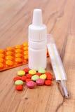 Pillen, thermometer en neusdalingen en voor koude, behandeling van griep en lopend Stock Foto's
