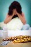 Pillen und aus kranker oder deprimierter Frau des Fokus heraus Lizenzfreies Stockbild