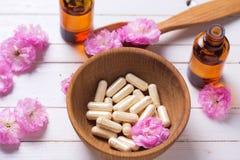 Pillen und Blumen Konzepthomöopathie Stockfotografie