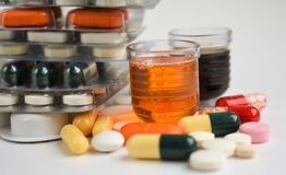 Pillen und Flasche auf weißem Hintergrund lizenzfreies stockbild
