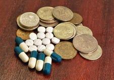 Pillen und Geld Stockbild