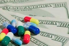 Pillen und Geld Lizenzfreies Stockfoto
