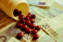 Pillen und Geld Stockfotos