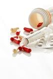Pillen und Spritze Stockfotos