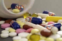 Pillen und Tablettenfläschchen lizenzfreies stockbild