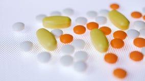 Pillen und Tablettenmedizin spürt Schuss in 4K auf Gesamtlänge des medizinischen Hintergrundes stock video