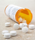 Pillen von der Verordnung-Medizin-Flasche Lizenzfreie Stockfotos