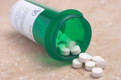 Pillen von der Verordnung-Medizin-Flasche Lizenzfreie Stockfotografie