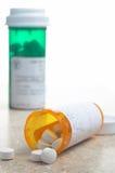 Pillen von der Verordnung-Medizin-Flasche Stockfoto
