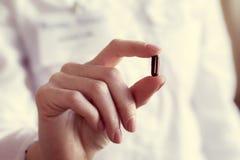 Pillencapsules in de hand van een arts royalty-vrije stock afbeeldingen