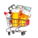 Pillenfles en pillen in geïsoleerd boodschappenwagentje. Concept. Apotheek Stock Afbeeldingen