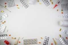 Pillengrenzhintergrund Vitamine, Tabletten, Pillen in der Blisterpackung mischen Flaschen, Thermometer auf weißem Hintergrund Dro stockfotografie