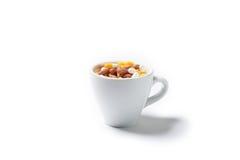 Pillenkapseln des Medikaments in der Kaffeetasse Stockbilder