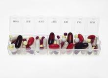 Pillenkasten mit Vielzahl von Pillen Lizenzfreies Stockbild