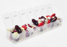 Pillenkasten mit Vielzahl von Pillen Stockfotografie