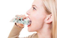 Pillenmissbrauchskonzept mit einer Frau, die Blasen nimmt Stockbilder
