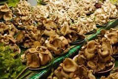 Pilles των φρέσκων μανιταριών στο στάβλο αγοράς για την πώληση στην τοπική αγορά Chiang Mai, Ταϊλάνδη, Στοκ Εικόνες