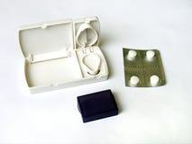 Pillescherblock und weiße Tabletten Stockfoto