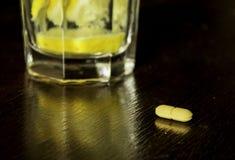 Pillola, acqua del limone, sana, medicina, pillola medica e gialla immagine stock libera da diritti
