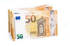 Pillola banconote della carta 50 di Bill di euro su fondo bianco Immagini Stock
