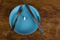 Pillola bianca di dieta su perdita di peso del piatto e sul concetto di anoressia Fotografia Stock Libera da Diritti