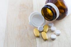 Pillola che straripa una bottiglia della medicina di prescrizione Immagini Stock