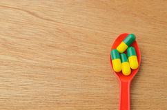 Pillola della capsula della medicina sul cucchiaio Fotografia Stock Libera da Diritti