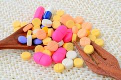 Pillola della capsula della medicina sul cucchiaio con la forcella Immagini Stock