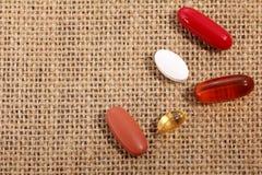 Pillola della medicina sulla tela da imballaggio Fotografie Stock Libere da Diritti