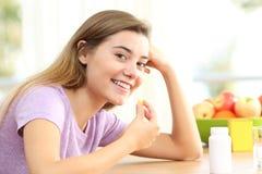 Pillola di presa teenager della vitamina di Omega 3 Immagine Stock