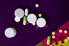 Pillola e pillola per la salute dei bambini e degli adulti fotografia stock libera da diritti