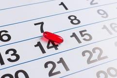 Pillola rossa sul calendario Farmaco di programma immagini stock