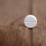 Pillola su fondo di legno scuro Immagini Stock Libere da Diritti