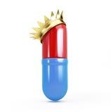Pillola in una corona dorata su un fondo bianco Immagine Stock