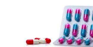 pillole antibiotiche bianche Rosso della capsula e granelli antifungosi rosa-blu nelle pillole della capsula in blister su fondo  immagine stock