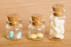 Pillole in barattoli di vetro Fotografie Stock Libere da Diritti