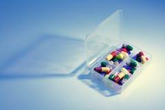 Pillole in casella della pillola immagine stock