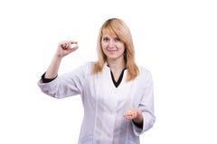 Pillole caucasiche della holding del medico. Fotografia Stock Libera da Diritti