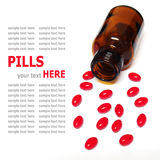 Pillole che si rovesciano da una bottiglia di pillola isolata su fondo bianco Immagine Stock