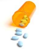 Pillole che si rovesciano dalla bottiglia Fotografie Stock