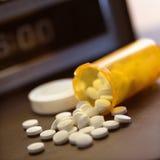 Pillole che straripano bottiglia Fotografia Stock Libera da Diritti