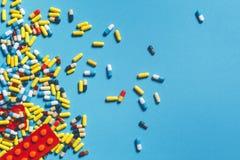 Pillole, compresse e capsule variopinte differenti su fondo blu Concetto della farmacia di sanità della medicina Immagine Stock Libera da Diritti