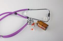 Pillole, compresse e stetoscopio su fondo bianco Fotografia Stock Libera da Diritti