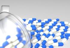 Pillole 3d che si rovesciano dalla bottiglia di pillola Fotografie Stock Libere da Diritti