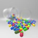 Pillole 3d che si rovesciano dalla bottiglia di pillola sopra Fotografia Stock