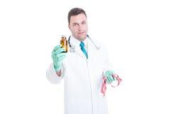Pillole d'offerta del dietista maschio per allentare peso Immagini Stock